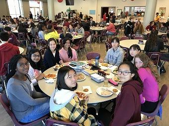 午後の授業の前に、カフェテリアで昼食。